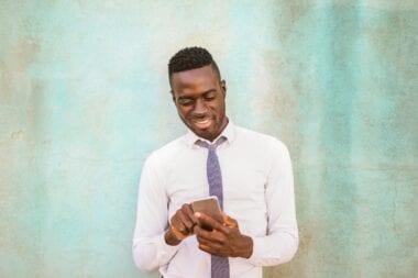 Homme utilisant le téléphone pour la thérapie en ligne